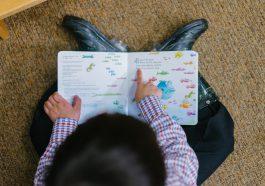 Enfant qui lit un livre seul