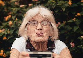 Vieille dame qui prend une photo en tirant la langue pour ses 100 ans
