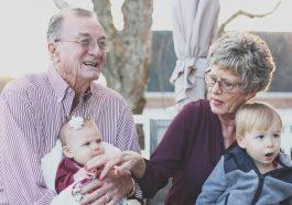 grands-parents qui tiennent des enfants dans leurs bras