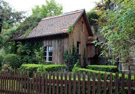 maison en bois avec une clôture