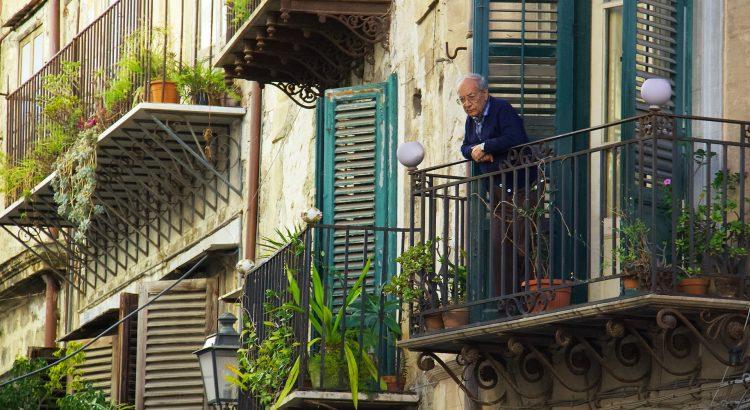 personne âgée au balcon
